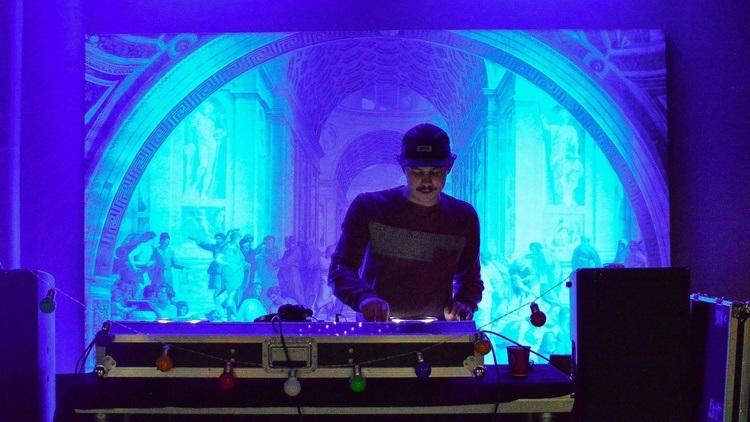 DJ på Kvarteret. Foto.