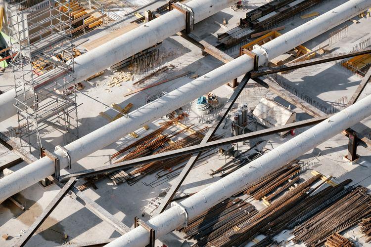 En tom byggeplass med rør og diverse materialer som ligger klart til bruk.