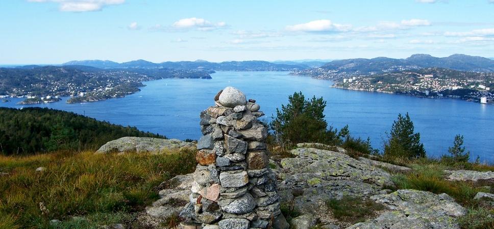 Utsikt fra Damsgårdsfjellet mot Byfjorden, med Askøy til venstre og Sandviken til høyre. Foto.