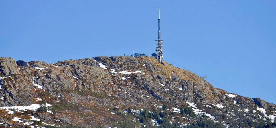 Utsikt mot Ulriksmasten og gondolbanen som går fra Haukeland til toppen. Foto.
