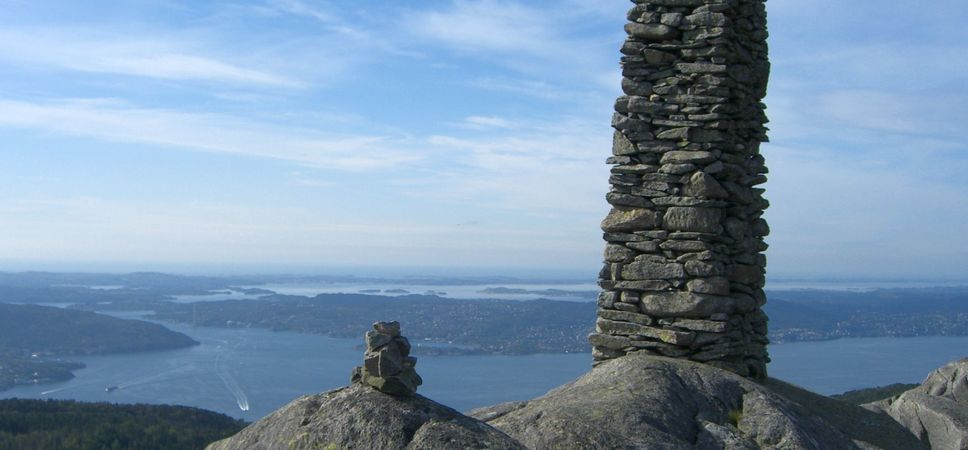 Fra Blåmansvarden har du strålende utsikt mot Byfjorden og Askøy. Foto.