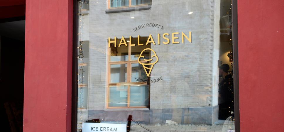 Fasaden til cafeen Hallaisen i Skostredet. Foto.