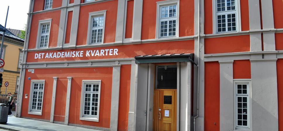 Utenfor Det Akademiske Kvarter, studentenes eget kulturhus. Foto.